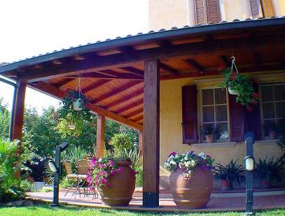 Gazebo a pesaro urbino for Ville con portico in legno