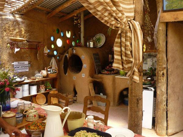 Cob House La Casa In Materiale E Oggetti Riciclati
