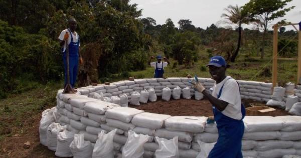 Earthbag metodo per costruire con terra legno ed argilla - Sacchi di terra per giardino ...