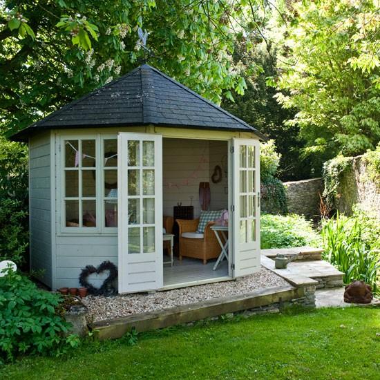 Arredare la casa prefabbricata con una casetta in legno per giardino